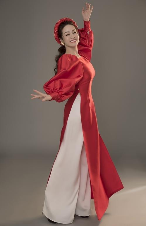Với kiểu trang phục cách điệu, Nhật Kim Anh tạo dáng thoải mái, tươi vui.