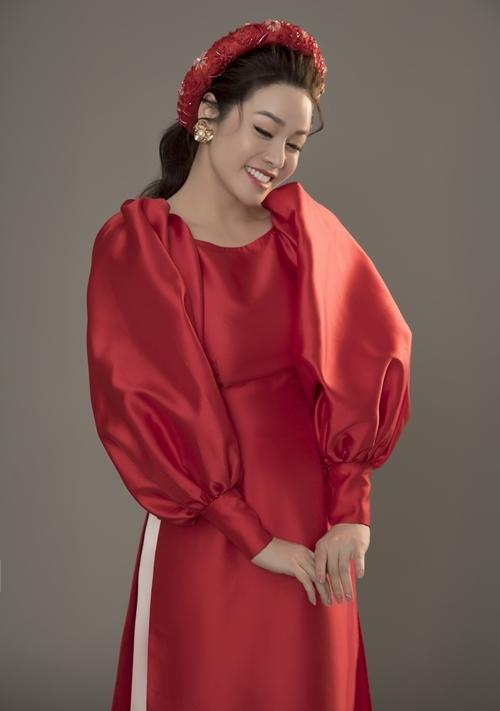Cô diện những bộ áo dài cổ thuyền, tay bồng và vải trơn bóng, kết hợp mấn tinh xảo.