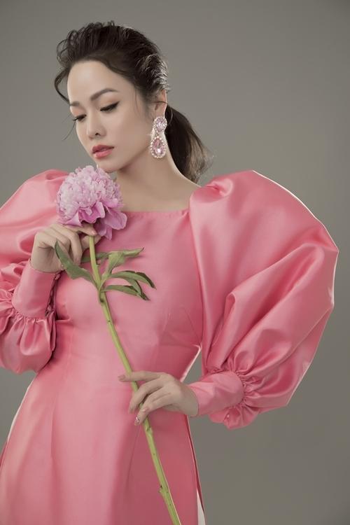 Êkíp cùa stylist Tân Đà Lạt họa mặt cho Nhật Kim Anh theo phong cách nhẹ nhàng, tự nhiên với mắt phủ chút nhũ và môi dùng son đồng điệu với màu sắc của áo dài.