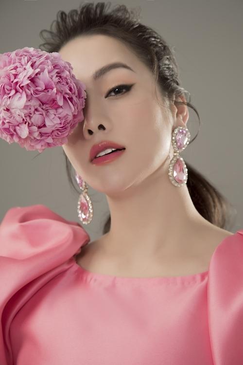 Nhật Kim Anh e ấp bên hoa.