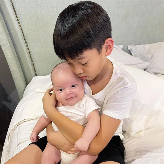 Hình ảnh khiến fan nhận ra sự tương đồng giữa Leon và ba Kim Lý. Bé đang được anh hai Subeo bế ẵm. Subeo rất yêu cả hai em bé mới của mẹ, luôn giúp ba dượng và mẹ chăm em khi rảnh.