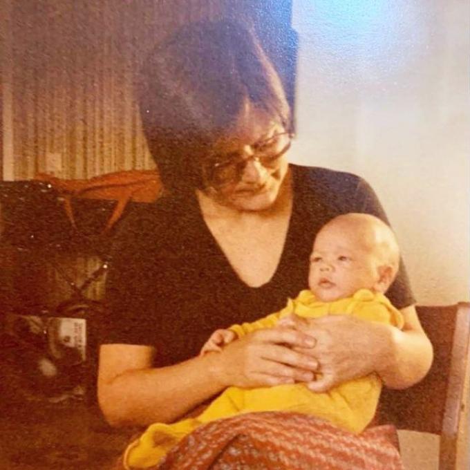 Bà mẹ 3 con Hồ Ngọc Hà vừa tiết lộ hình ảnh của Kim Lý khi còn là trẻ sơ sinh. Dưới các tấm ảnh, cô hỏi ý kiến từ fan: Theo mọi người thì Leon hay Lisa giống ba Kim nhỉ?.  Bức ảnh đã nhanh chóng nhận được sự quan tâm của cộng đồng mạng và nhiều fan phải thốt lên gương mặt lúc nhỏ của Kim Lý và gương mặt của quý tử Leon đặc biệt giống nhau, y đúc như bản chính và bản sao. Kim Lý sinh năm 1983, theo chân bố mẹ sang Thụy Điển định cư khi còn rất nhỏ nên không giỏi tiếng Việt, nhưng lại nói được 4 thứ tiếng khác như: Thụy Điển, Anh, Pháp và Tây Ban Nha. Anh từng tham gia các phim như Hương Ga, Vệ sĩ Sài Gòn... Tuy nhiên hiện tại Kim Lý đang tập trung cho việc kinh doanh riêng và chăm sóc tổ ấm nhỏ cùng bà xã Hồ Ngọc Hà.
