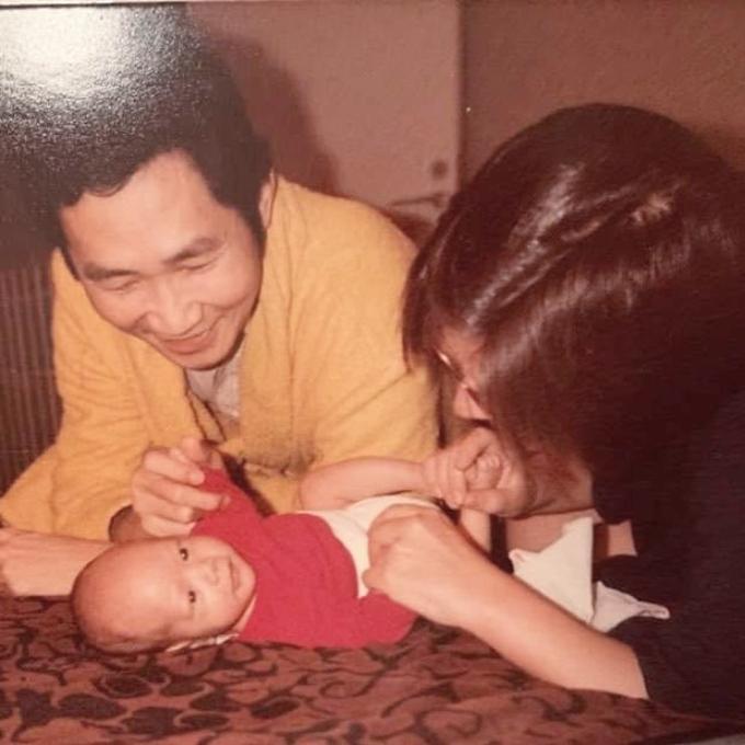 Một tấm ảnh khác khi Kim Lý chơi đùa cùng ba mẹ.