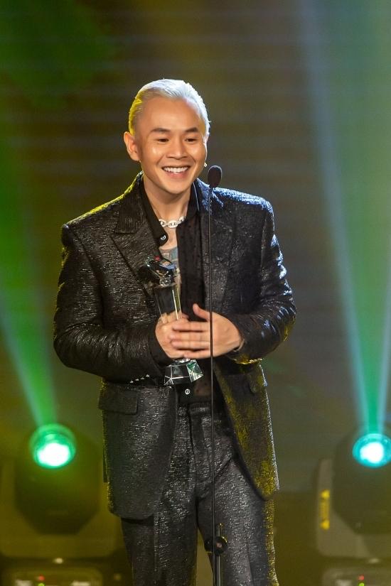 Binz thắng lớn với ba giải: Ca sĩ đột phá, Nam ca sĩ của năm, Bài hát hiện tượng (Bigcityboi),