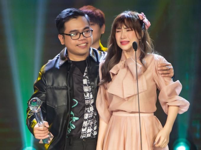 Hoà Minzy khóc nức nở khi MV Không thể cùng nhau suốt kiếp thắng hạng mục MV của năm.
