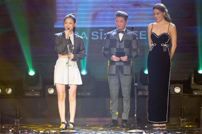 Hồ Ngọc Hà và Đàm Vĩnh Hưng trao danh hiệu Nữ ca sĩ của năm cho Amee.