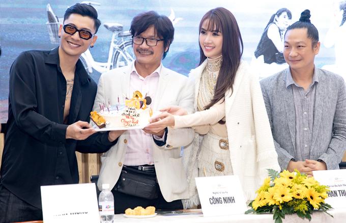 Nghệ sĩ Công Ninh vừa đón tuổi 59. Diễn viên, người mẫu Trần Trung và đoàn phim gây bất ngờ khi tặng bánh kem, mừng sinh nhật đàn anh tại buổi giao lưu với sinh viên.