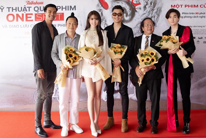 Đạo diễn Vũ Thành An (thứ hai từ trái qua) và cùng êkíp làm phim Kiều@ chụp ảnh kỷ niệm.