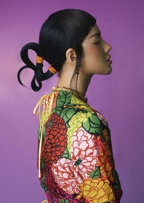 Khánh Linh đổi đến 6 kiểu tóc để mang tới sự độc đáo và giúp cô biến hoá hình tượng, nhận được nhiều lời khen từ đồng nghiệp và khán giả.