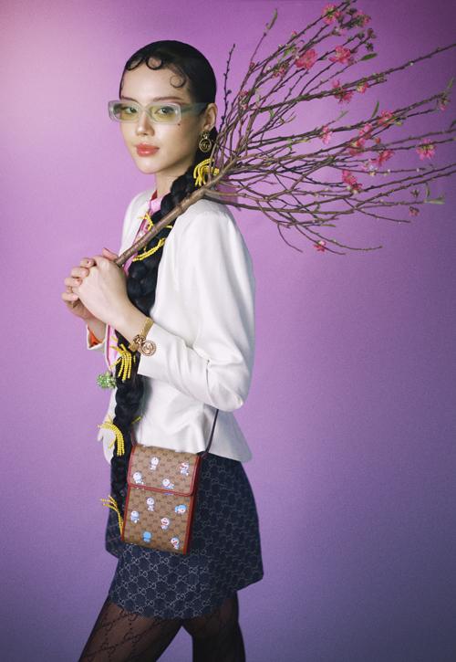 Trang phục và phụ kiện monogram, hoạ tiết của những thương hiệu nổi tiếng được thể hiện xuyên suốt bộ ảnh Tết của Khánh Linh.