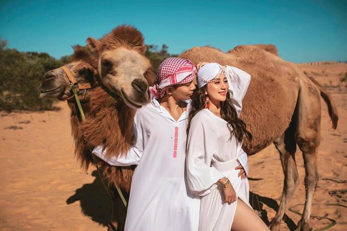 Vợ chồng Khánh Thi - Phan Hiển cosplay người dân du mục, cưỡi lạc đà trong chuyến du lịch đến Mũi Né (Phan Thiết). Dịch vụ cho thuê trang phục và lạc đà khá phổ biến ở đây, được nhiều du khách ưa chuộng.