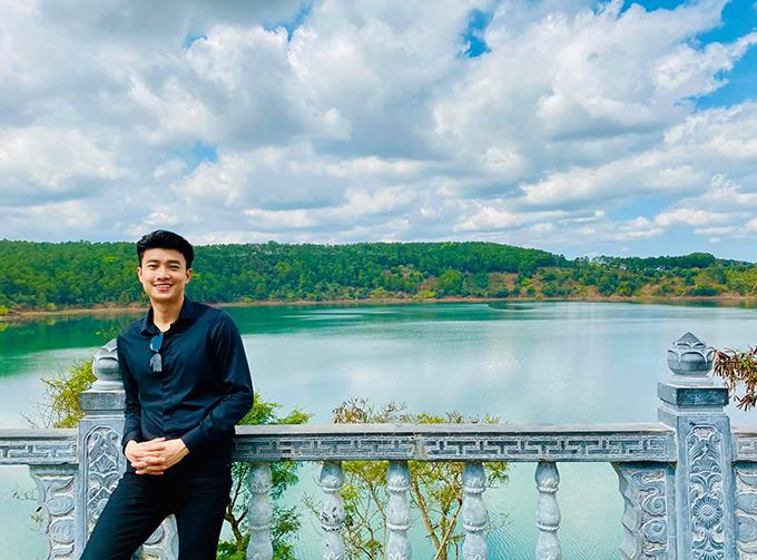 Quốc Trường tranh thủ khám phá Biển Hồ trong chuyến công tác tại Pleiku (Gia Lai). Đây là một hồ nước ngọt nằm ở phía bắc thành phố Pleiku tỉnh Gia Lai, vốn là 3 miệng núi lửa cổ thông với nhau.