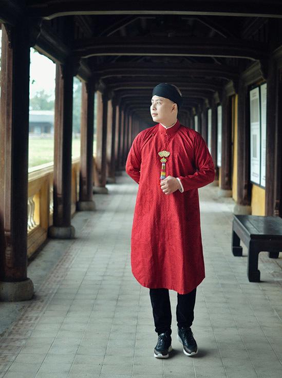 Văn Thành Công kịp chuyến du lịch Huế trước khi dịch Covid-19 bùng phát trở lại ở nhiều tỉnh thành. Anh mặc áo dài đỏ đội khăn xếp thưởng ngoạn cảnh đẹp Kinh thành Huế.