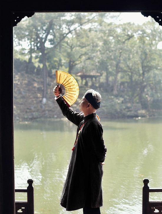 Ngoài Đại Nội Huế, Văn Thành Công còn thăm Lăng Minh Mạng, Lăng Tự Đức để ghi lại những kỷ niệm của chuyến đi Huế.