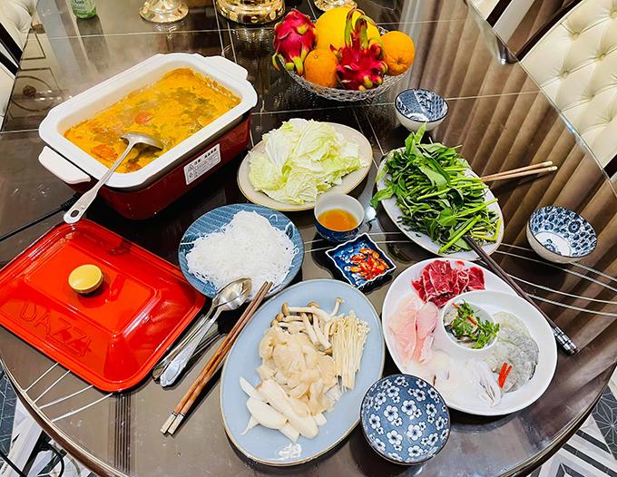 Cô coi nội trợ là niềm vui và hạnh phúc khi chồng và các con ăn ngon miệng, thích những món mình nấu. Từng chiếc bát đĩa trong gia đình cũng được cô chăm chút.