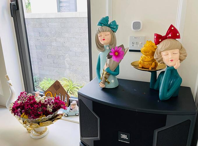 Từng góc nhỏ trong nhà đều được Vân Hugo tô điểm bằng hoa tươi.