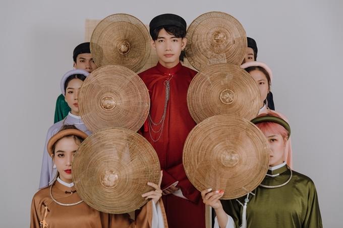 Những ngày cuối cùng của năm cũ, Quang Đăng cùng nhóm nhảy Life Dance do anh sáng lập thực hiện bộ ảnh kết hợp vũ đạo hiện đại với áo dài truyền thống.