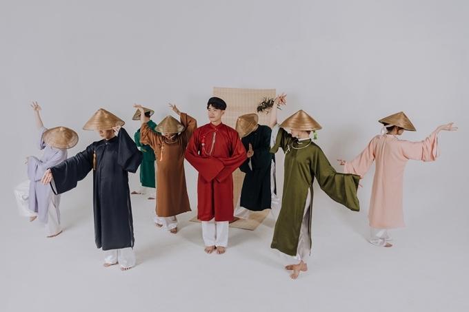 Quang Đăng cùng Life Dance tạo dáng theo các động tác vũ đạo độc đáo.