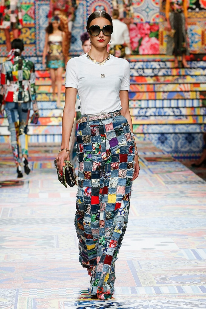 Denim là chất liệu khônglỗi thời, thích hợp với mọi thời điểm và hoàn cảnh. Tuy nhiên, trong mùa Xuân Hè 2021, Burberry, Dolce&Gabbana, Versace... lại ứng dụng chúng theo phong cách ấn tượng.
