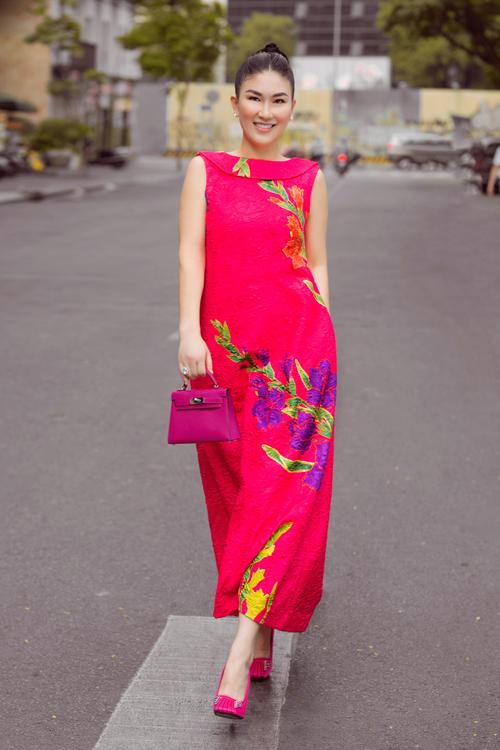 Đầm suông không kén dáng trở nên cuốn hút nhờ cách bố trị họa hoa lay ơn qua kỹ thuật thêu, đính kết. Đây cũng là dòng trang phục được hai nhà mốt khai thác triệt để ở xuân Tân Sửu.