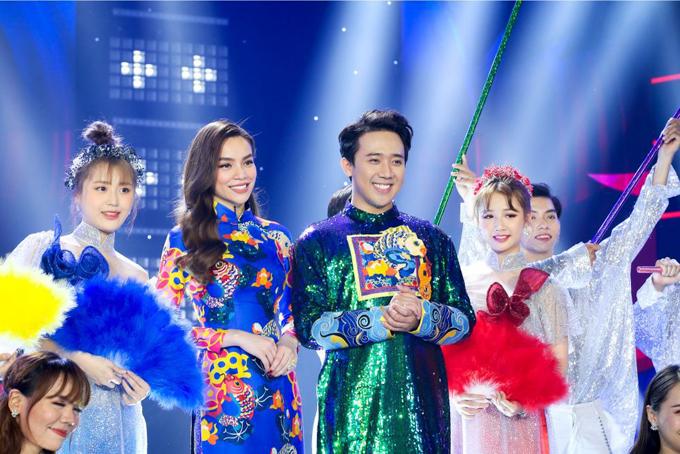 Ngoài tông đỏ, vàng đậm chất Á Đông, chồng của Hari Won còn tự tin diện cả trang phục ánh kim. Chất liệu vải seuqins với độ bắt sáng cao thường được nhiều nghệ sĩ ưa chuộng khi xuất hiện trên sân khấu.