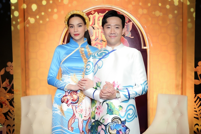Trong chương trình mới với chủ đề Năm mới bình an Trấn Thành và Hồ Ngọc Hà đều diện áo dài tông xanh hy vọng và trang trí họa tiết chú trâu, hoa sen, bông lúa với thông điệp giàu tính nhân văn.