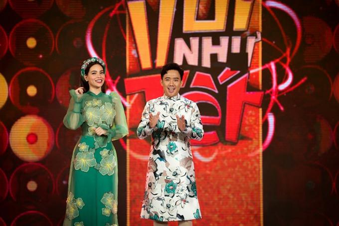 Bên cạnh nét điệu đà của Hồ Ngọc Hà, Trấn Thành cũng thu hút không kém với áo dài phối màu xanh - trắng trên họa tiết lập thể.