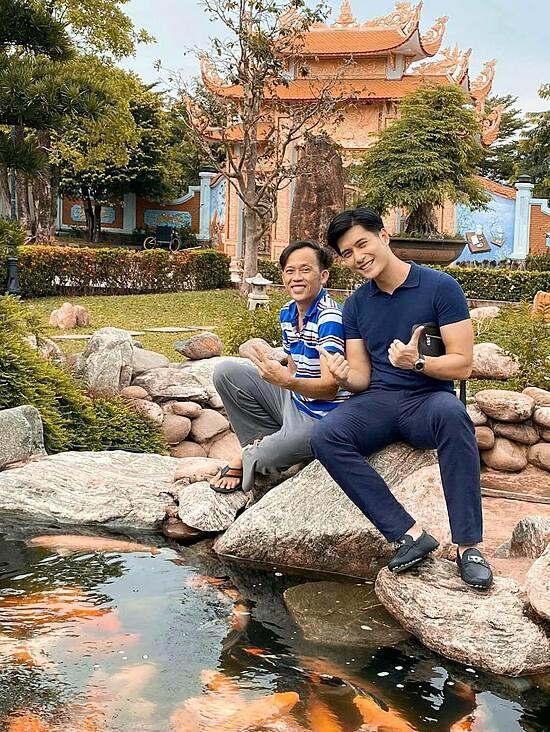 Tuy mới từ Hà Nội vào Sài Gòn lập nghiệp, Lâm Bảo Châu nhanh chóng có nhiều mối quan hệ. Anh từng đến Đền thờ Tổ nghiệp ở quận 9 (TP HCM) và gặp gỡ NSƯT Hoài Linh.