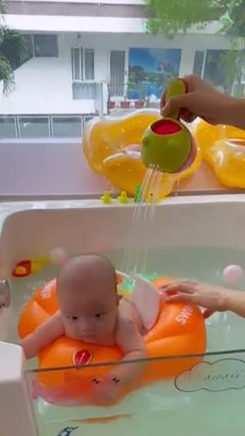 Bơi cũng là hoạt động thể chất mà hai con nhỏ của Hà Hồ được trải nghiệm khi gần 3 tháng tuổi.