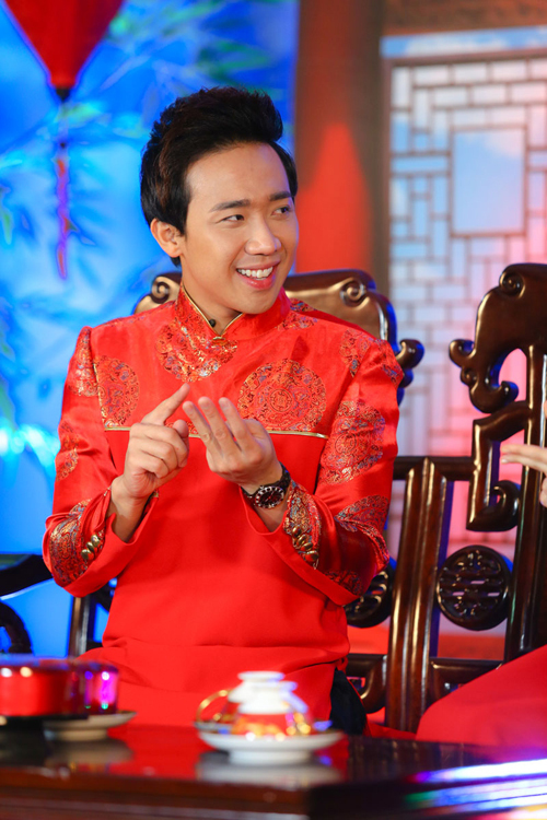 Suit và sơ mi là hai trang phục luôn gắn liền với Trấn Thành khi lên sóng truyền hình. Tuy nhiên, mỗi khi đảm nhận vai trò MC cho chương trình ca nhạc xuân, anh lại yêu thích áo dài truyền thống.