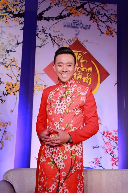 Những mẫu áo dài cách tân với tông màu bắt mắt, họa tiết rực rỡ sắc xuân luôn được Trấn Thành chọn lựa để ghi hình cho chương trình nghệ thuật chào xuân.