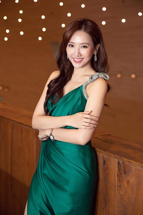 Hari Won ngày càng khẳng định vị thế trong làng giải trí Việt nhờ sự hoạt động chăm chỉ, phủ sóng hàng loạt chương trình. Ở tuổi 36, cô cũng có cuộc hôn nhân êm ấm bên ông xã Trấn Thành. Song sau hơn bốn năm kết hôn, cả hai chưa có con chung.