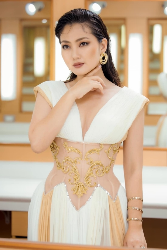 Sinh năm 1985, Ngọc Lan hiện là diễn viên truyền hình hàng đầu của phía Nam. Trong năm 2020, vai dì Trang trong phim Luật trời mang về cho Ngọc Lan giải Nữ ngôi sao phim ảnh thuộc khuôn khổ Lễ trao giải Ngôi sao của năm 2020 do báo Ngoisao.net tổ chức. Bước sang năm tuổi hứa hẹn nhiều khó khăn, bà mẹ một con vẫn quyết tâm cố gắng hết mình để mang đến nhiều vai diễn ấn tượng cho khán giả.