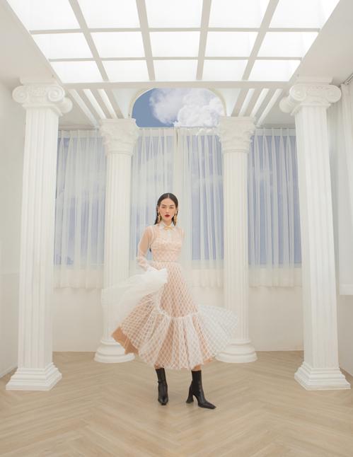 Khánh Linh với hình ảnh quý cô thành thị khi làm nàng thơ cho nhà mốt Việt quảng bá bộ sưu tập xuân hè 2021.