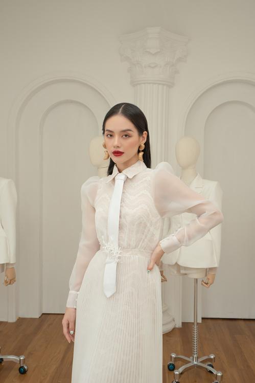 Cách phối màu white on white trở nên cuốn hút hơn bởi việc đan xen nhiều chất liệu trên cùng một set đồ.