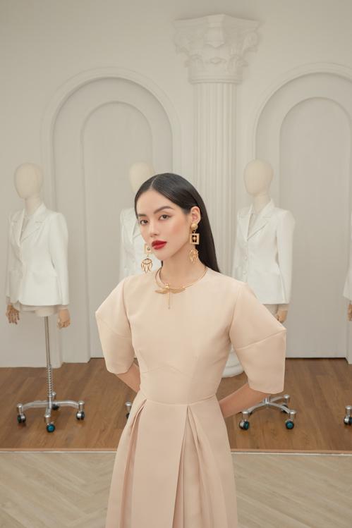 Song song với gam trắng trang nhã là các dáng váy liền thân thiết kế trên chất liệu màu trung tính.