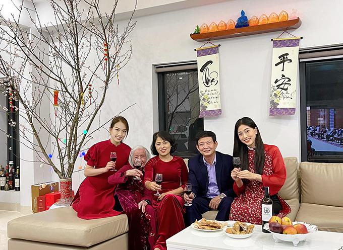 Á hậu Phương Nga diện áo dài nâng ly chúc mừng năm mới bên gia đình. Bạn trai cô, diễn viên Bình An, về quê ăn Tết cùng bố mẹ.