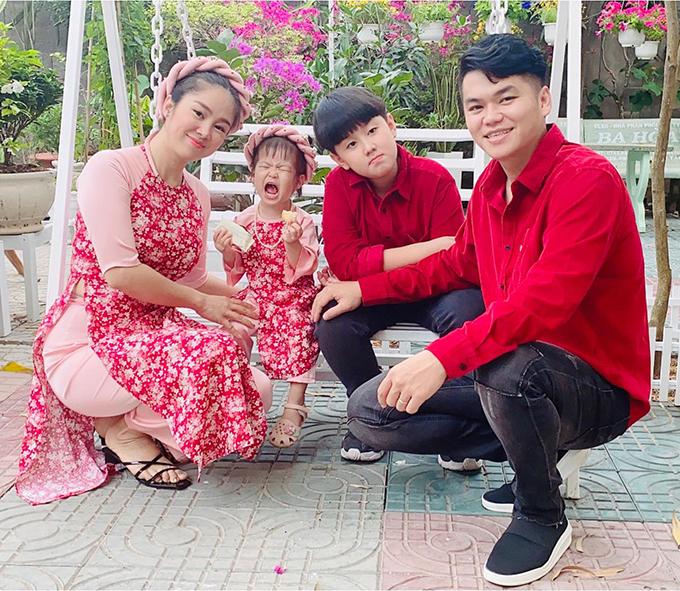 Diễn viên Lê Phương cùng ông xã Trung Kiên cùng hai con Pháo Bông về miền Tây ăn Tết cùng gia đình. Trong khi Trung Kiên mặc áo đôi với con trai lớn Cà Pháo thì Lê Phương mặc áo dài đôi với cô con gái nhỏ.