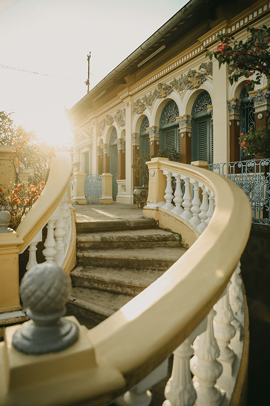 Căn nhà cổ hàng trăm năm tuổi với thiết kế đặc trưng, những chậu hoa khoe sắc thắm ngày Tết đến xuân về. Đây là địa điểm check in quen thuộc của du khách bốn phương.
