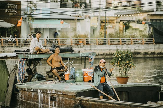 Bộ ảnh con người và cuộc sống ở Cần Thơ được nhiếp ảnh gia trẻ Nguyễn Kỳ Anh thực hiện vào ngày 28 và 29 âm lịch, truyền tải không khí đón năm mới vừa dung dị, vừa ngập tràn hạnh phúc.