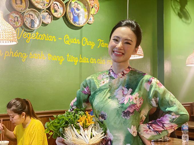 Từ ngày cùng gia đình xây dựng quán chay Tâm Đức, Angela Phương Trinh chuộng áo dài hơn. Cô chia sẻ, trừ những khi phải tham gia các sự kiện với tinh chất và yêu cầu khác nhau, cô thường thích váy áo đơn giản và mang lại sự thoải mái.