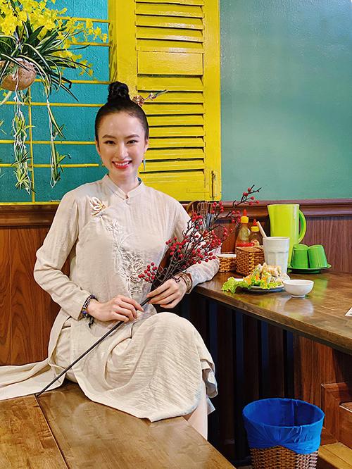 Khi trang trí và sửa soạn cho quán chay Tâm Đức của gia đình, Angela Phương Trinh cũng chọn áo dài tông màu trang nhã.