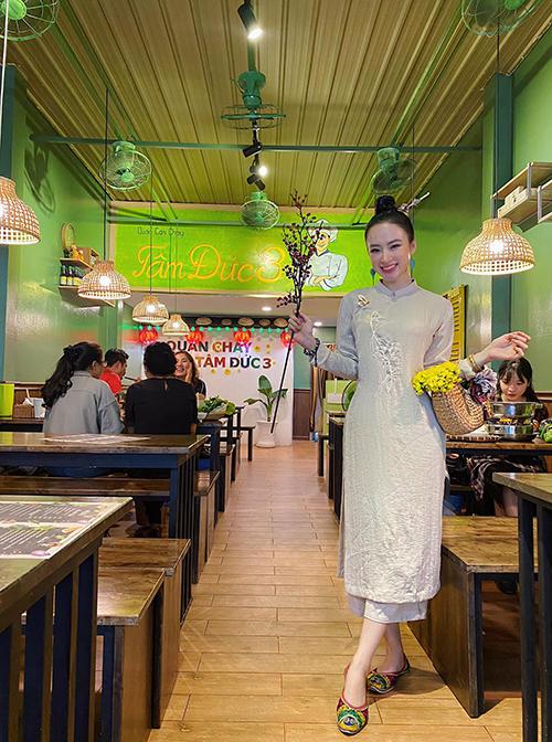 Áo dài dáng rộng trang trí hoạ tiết thêu đơn giản mang lại hình ảnh nhẹ nhàng, gần gũi cho Angela Phương Trinh.