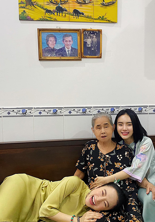 Hình ảnh đáng yêu và tràn ngập niềm vui, hạnh phúc của Angela Phương Trinh ( áo dài vàng đồng) cùng em gái khi đến chúc Tết bà ngoại.