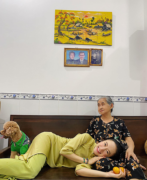 Hình ảnh giản dị của Angela Phương Trinh khi đi chúc Tết nhận được nhiều tình cảm của khán giả hâm mộ.