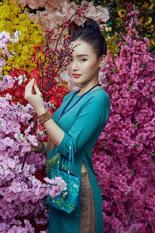 Học theo chị, Phương Trang cũng tham gia tu tập, ăn chay trường và thay đổi phong cách thời trang ngày càng dịu dàng hơn.