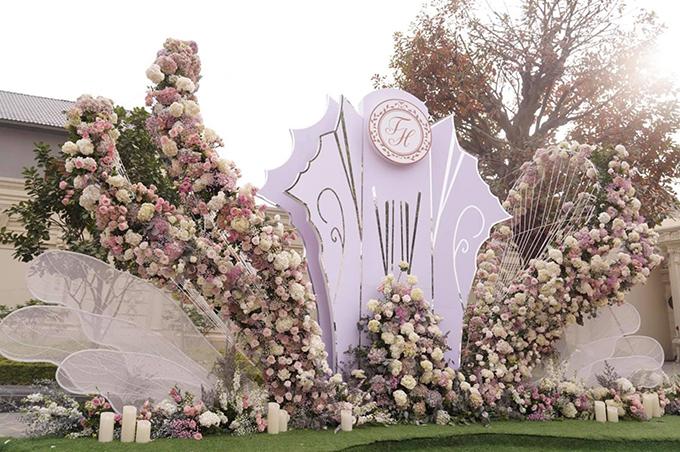Khu vực photobooth với hoa tươi tại lâu đài. Ảnh: Mr. Lee Studio