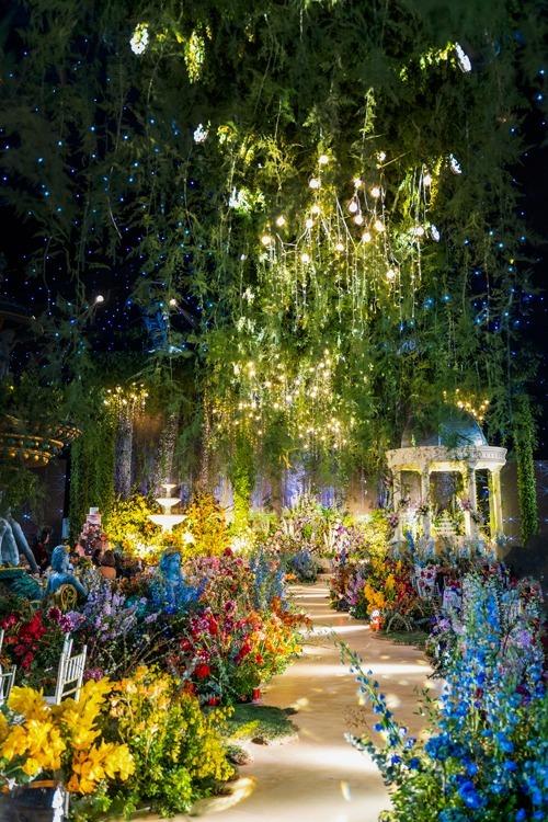 Khu vực làm lễ như đưa cô dâu, chú rể bước vào không gian cổ kính của châu Âu với vọng lâu tô điểm bởi hoa.