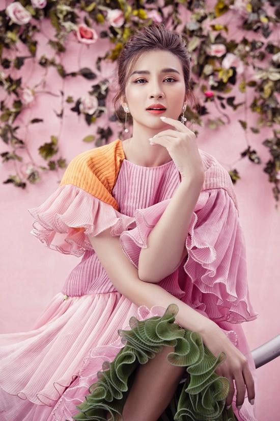 Kim Tuyến nữ tính trong thiết kế xếp lớp cầu kì, tay loe trang trí bèo nhún hợp thời trang.