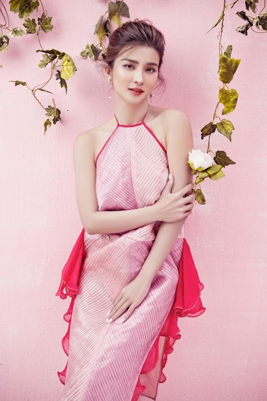 Diện đầm cổ yếm, Kim Tuyến khoe đường cong nhờ thiết kế ôm sát cơ thể.